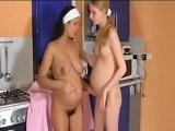 Dos amigas embarazadas haciendo cochinadas - Video de Lesbianas