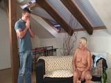 La vecina le recibe desnuda y cachonda