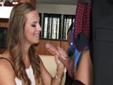 Hace una pausa junto a su secretaria - Video de Jovencitas