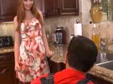 Tienta al fontanero para follar duro - Video de Casadas Infieles