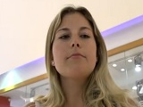 Rubia acepta dinero a cambio de sexo