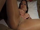 Presume de medias mientras se masturba - Video de Masturbaciones