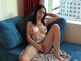 Aburrida en casa se masturba frente a la ventana - Video de Masturbaciones