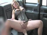 Ella no necesita dinero para pagar el taxi…