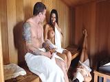 Calentón en la sauna con una tetona - Video de Tetonas