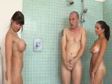 Su madre se metió en la ducha con ellos…
