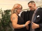 Le pidió una mano a la dependienta madura