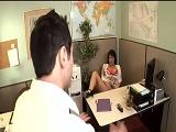 Pilla a la secretaria haciéndose un dedo
