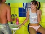 Se folla a su novio en el servicio por la mañana - Video de Jovencitas