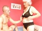 La abuela quiere el rabo de su nieto - Video de Incesto Gratis