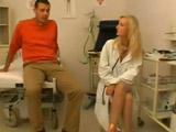 Saca brillo a la polla de su paciente - Video de Rubias