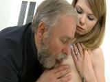 La nieta se lo monta con su abuelo por dinero