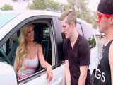 Se ofrece a dos jovencitos salidos - Video de Maduras Milf