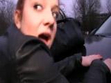 Se folla a su novia sobre el capó del coche