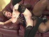 El negro parte en dos a esta joven prostituta - Video de Pollas Grandes