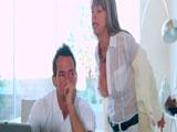 Convence al informático para follar - Video de Maduras Milf