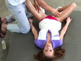 Las manos del masajista van a su coño - Video de Morenas