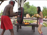 Trío interracial con su entrenador negro - Video de Interracial XXX