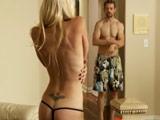 La pilla desnuda y terminan follando juntos - Video de Rubias