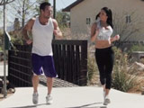 Quema calorías con su vecino cachas - Video de Tetonas