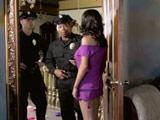 La señora de la casa se folla al agente