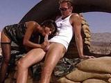 Sabrina Maui comiendosela a un soldado