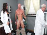 El repaso se lo llevó la sexy doctora - Video de Tetonas