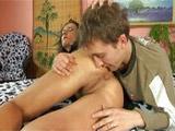 Comiéndole el culo a su suegra madura - Video de Maduras Milf
