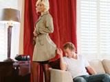 El fontanero quiere revisar sus bajos - Video de Casadas Infieles