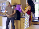 Agradece al repartidor esas flores - Video de Casadas Infieles