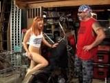 Pelirroja follada por el mecánico sobre la moto