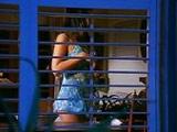 Espia a la vecina y acaba follándosela