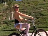 Monta en bici y luce sus pechotes