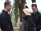 Dos curas se la follan cerca de una iglesia
