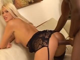 Zorra rubia recibiendo pollon negro - Video de Interracial XXX