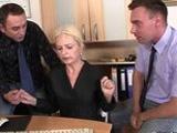 La jefa madura motiva a sus empleados con sexo - Video de Maduras Milf
