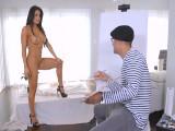 El pintor termina follándose a su modelo - Video de Morenas
