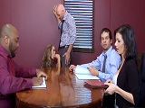 Se la chupa al jefe en plena reunión