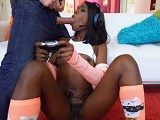 Tu juega a la play que yo te follo bien duro - Video de Interracial XXX