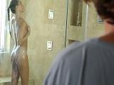 Me metí a follar en la ducha con la masajista