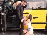 El taxista le cobra en carnes a la joven española - Video de Guarras