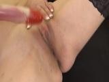 El consolador le da un placer tremendo a la vieja - Video de Masturbaciones