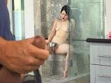 Espía a la hijastra mientras se está duchando