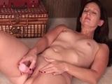 La zorra madura se masturba a placer en la cama - Video de Masturbaciones