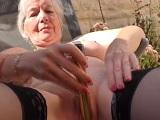 La vieja se masturba en el jardín de casa