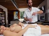El masajista mete mano a esta clienta - Video de Jovencitas