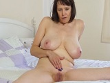 La vieja está cachonda y se masturba duro - Video de Masturbaciones