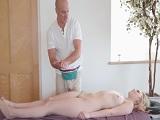 Lily Rader va a un masajista personal..