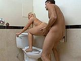 Se folla a una desconocida viciosa en el baño