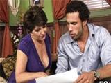 Madura cincuentona se folla al comercial de seguros - Video de Maduras Milf